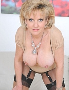 lady-sonia-in-layered-nylons