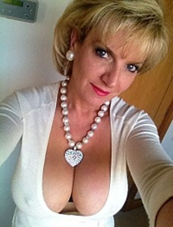 lady-sonia-takes-pics-of-herself